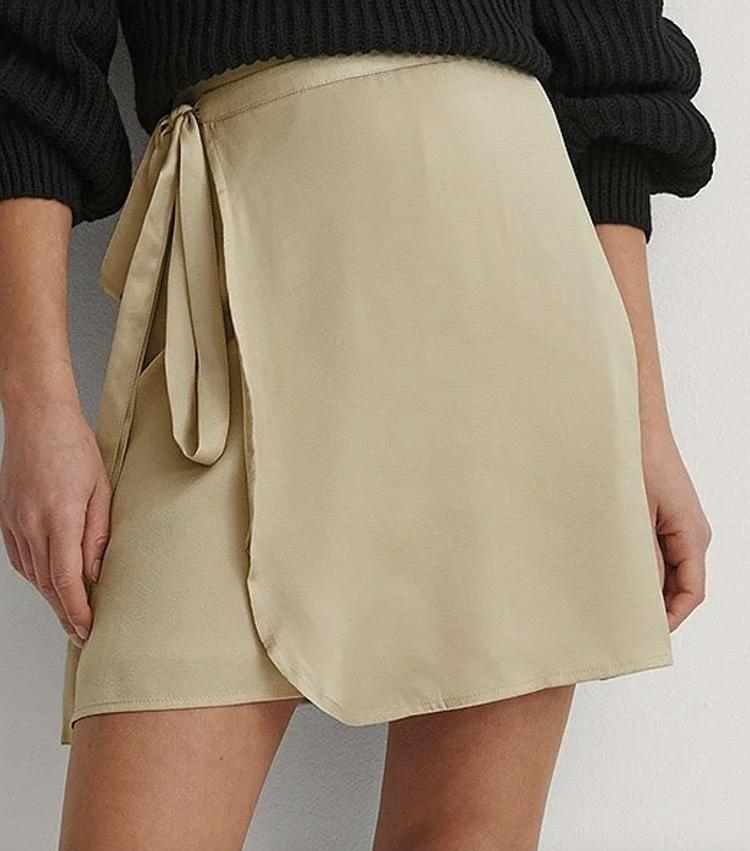 Smuk kort nederdel i satin