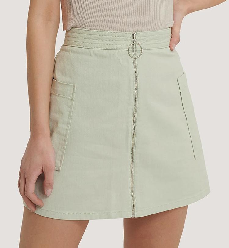 Sødt pastelfarvet kort nederdel med lang lynlås