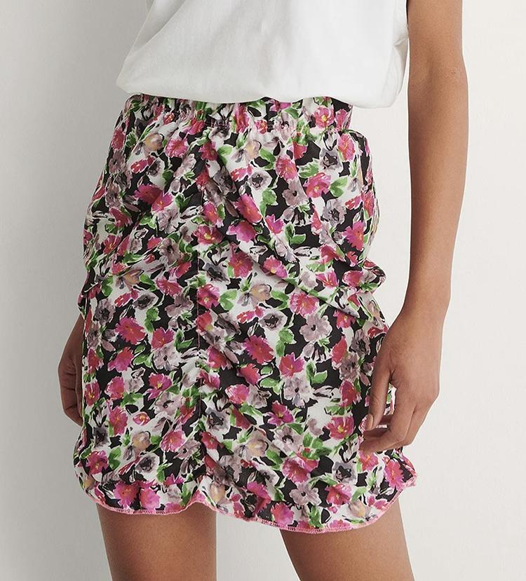 Sommerlig kort nederdel i farverigt blomsterprint