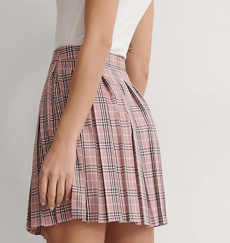 Tenet og plisseret nederdel i friske farver