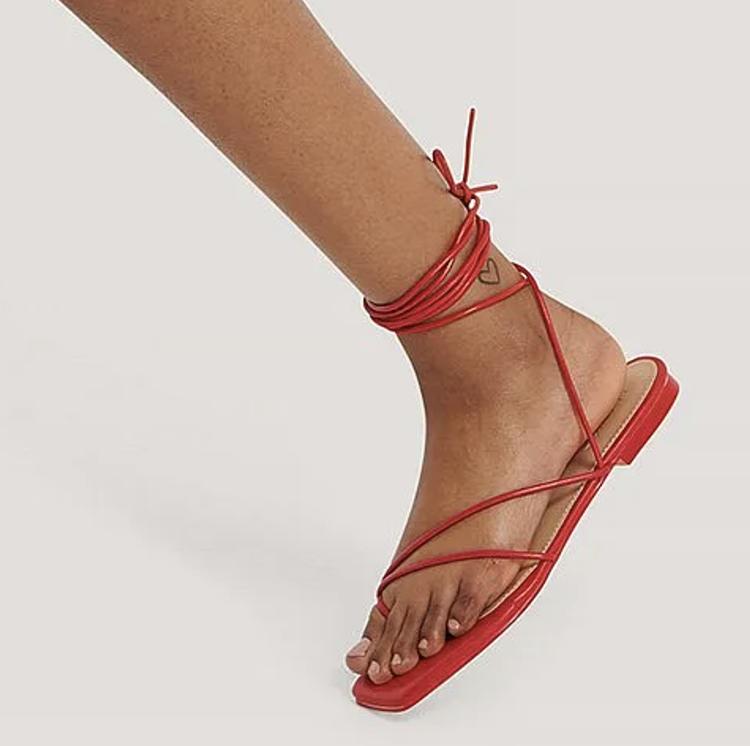 Flade røde sandaler med lang bensnøre