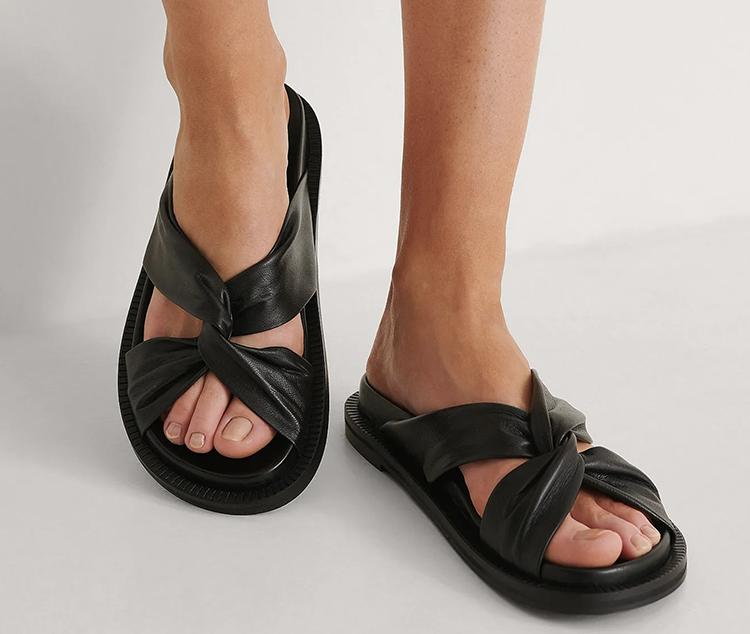 Flade sandaler i sort læder