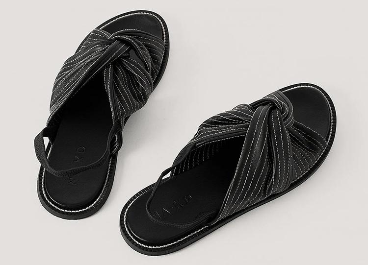 Flade sandaler med knyttet rem og striber