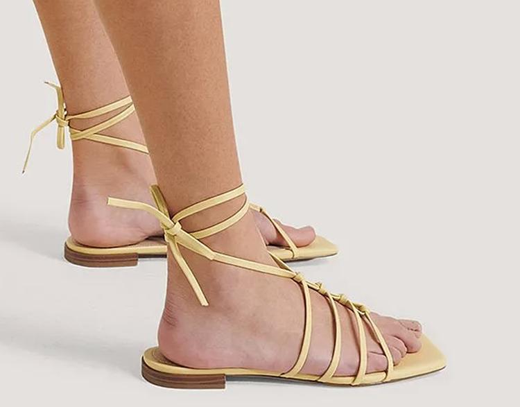 Gule flade sandaler med bensnøre