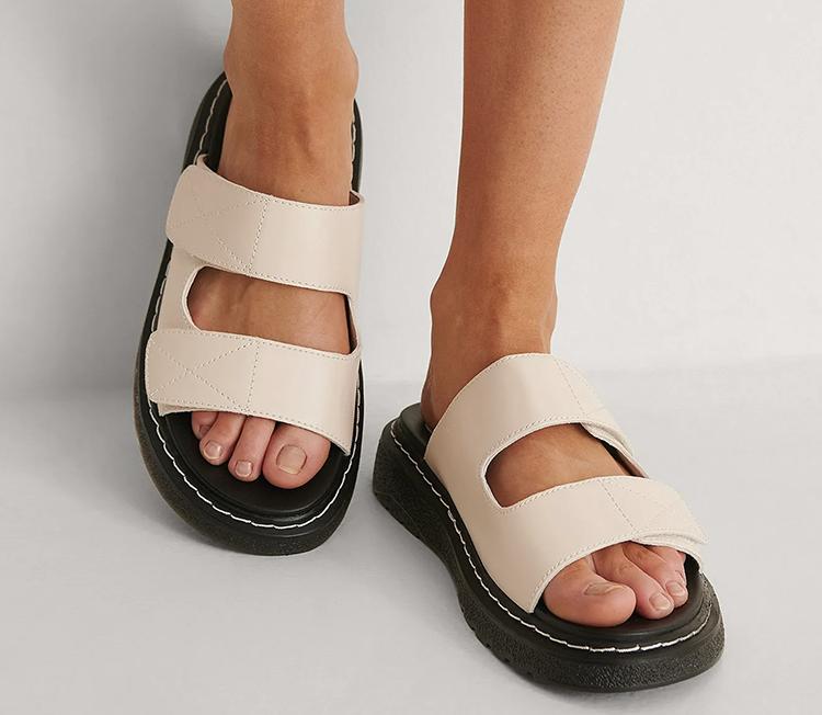 Lyse flade sandaler med chunky sål