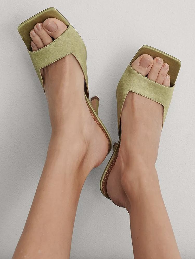 Højhælede sandaler i olivengrøn kimono