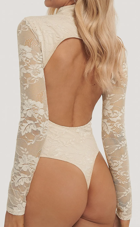 Lys blondebody med åben ryg og høj hals
