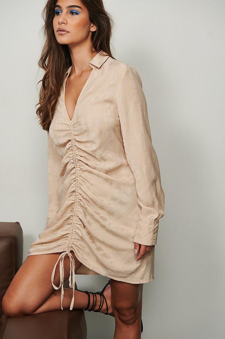 Anderledes kjole med snøre effekt