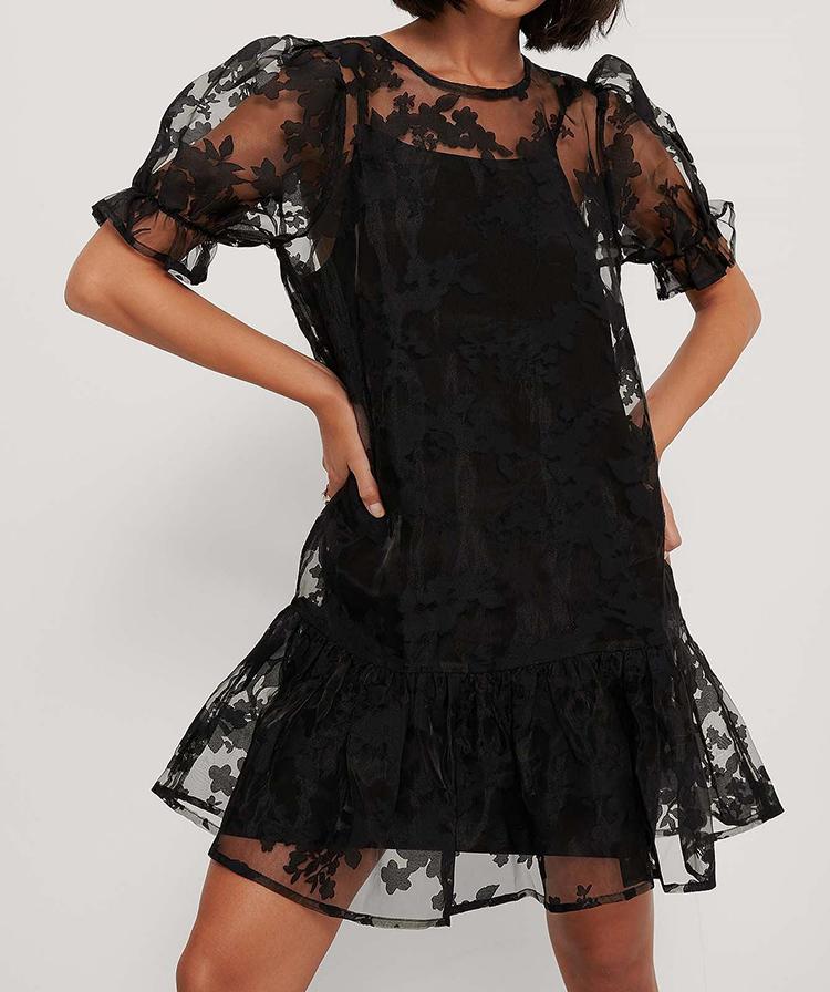 Anderledes sort kjole i gennemsigtigt stof
