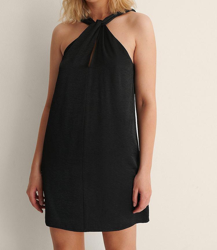 Behagelig sort kjole men anderledes stropper