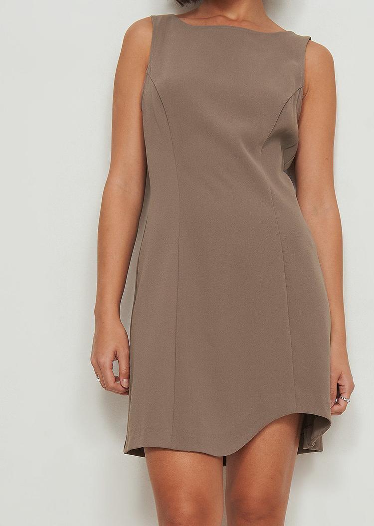 Elegant asymmetrisk kjole i 70'er design