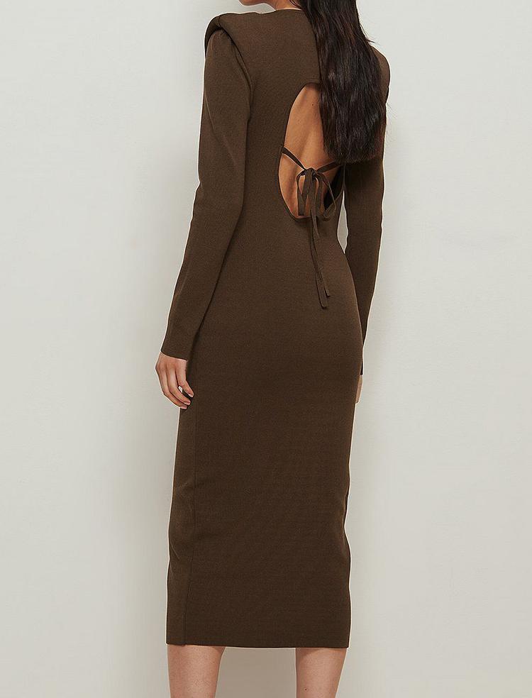 Elegant langærmet kjole med skulderpuder