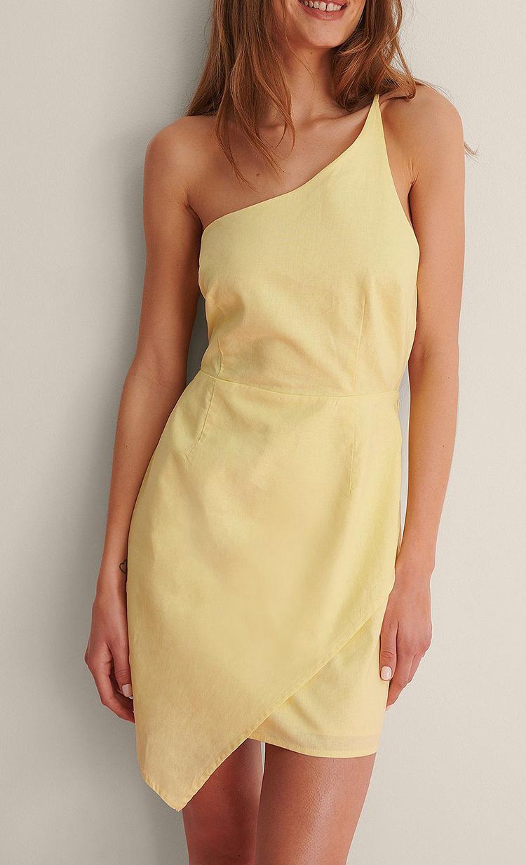 Gul billig kjole i asymmetrisk design