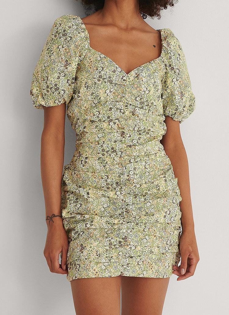 Kort blomstret kjole med pufærmer