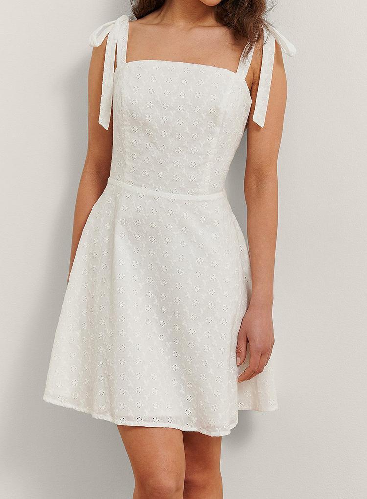 Kort hvid sommerkjole med sløjfe stropper