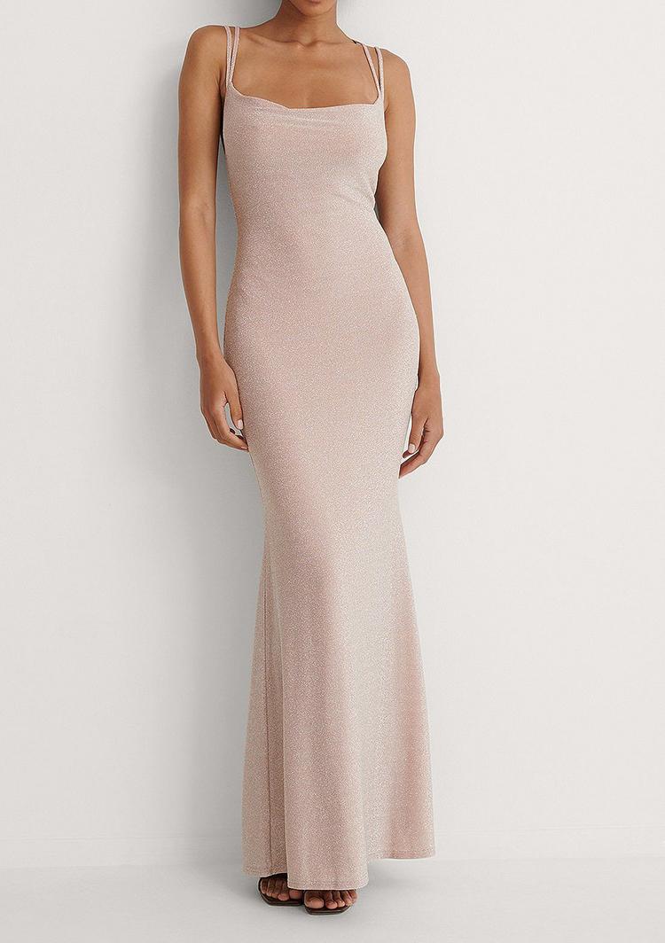 Lang skiny kjole med høj slids i nude nuance