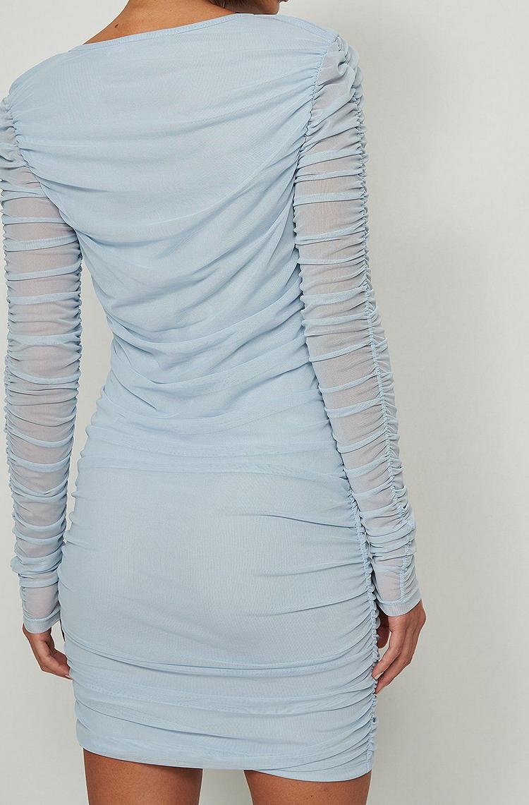Smuk blå festkjole med rynkede detaljer