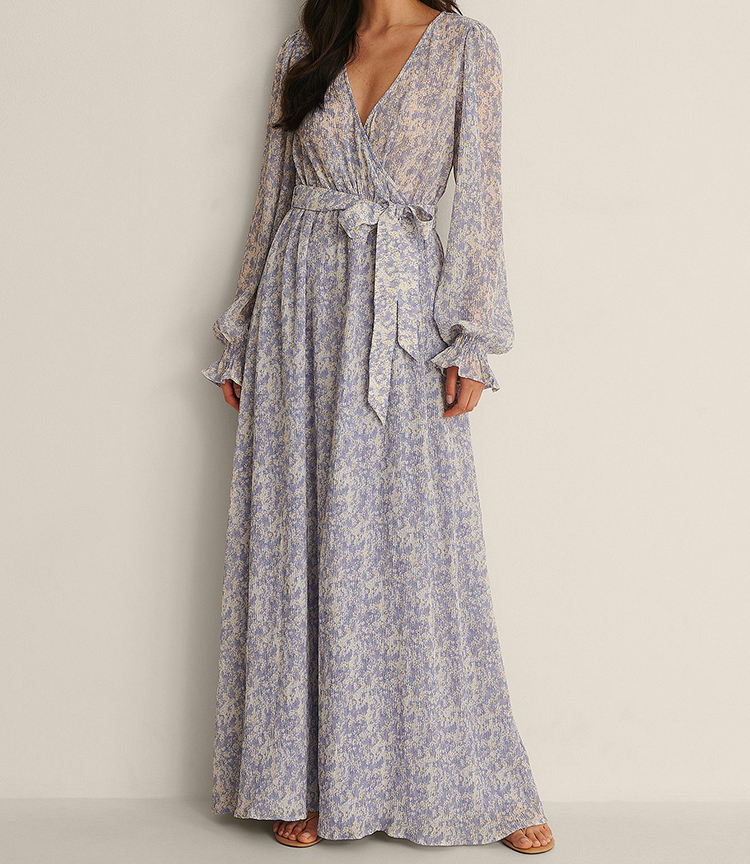 Smuk lyseblå maxikjole i yndigt mønster