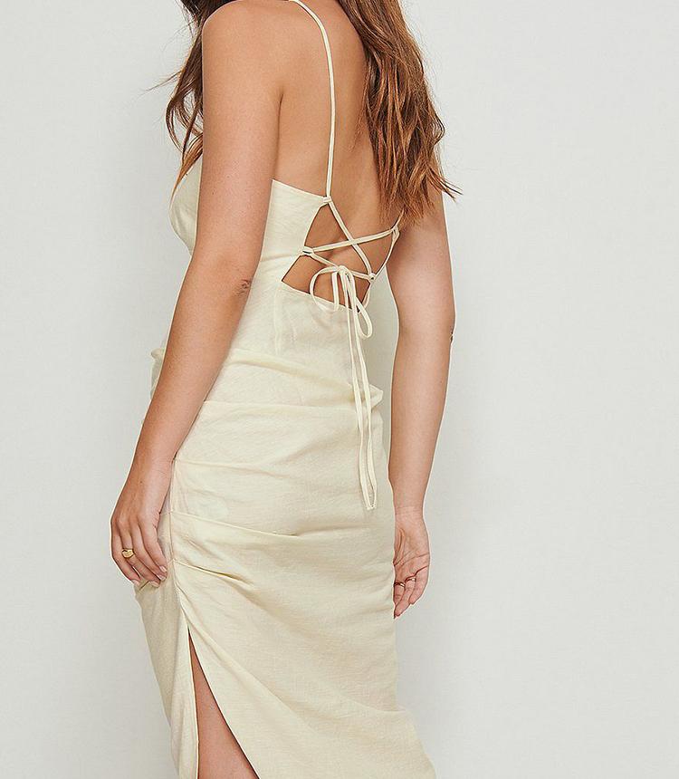 Smuk sommerkjole med åben ryg og stropper