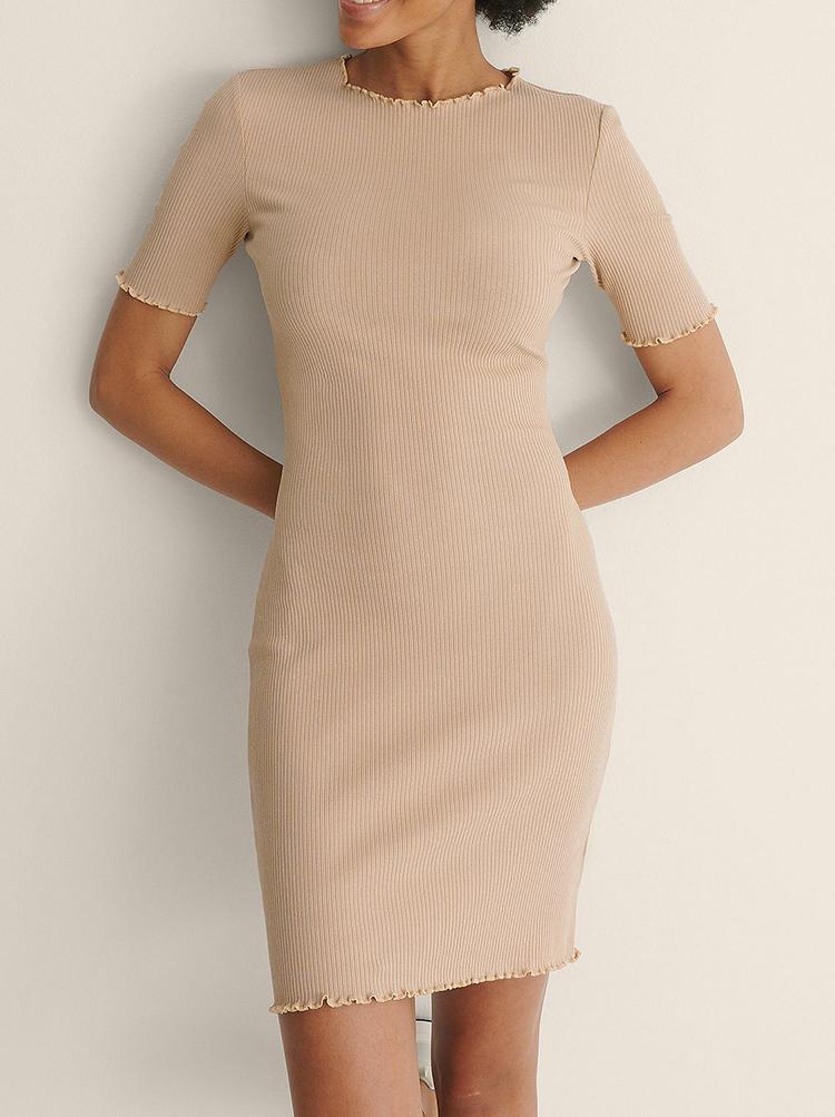 Tætsiddende beige kjole med trekvart ærmer<