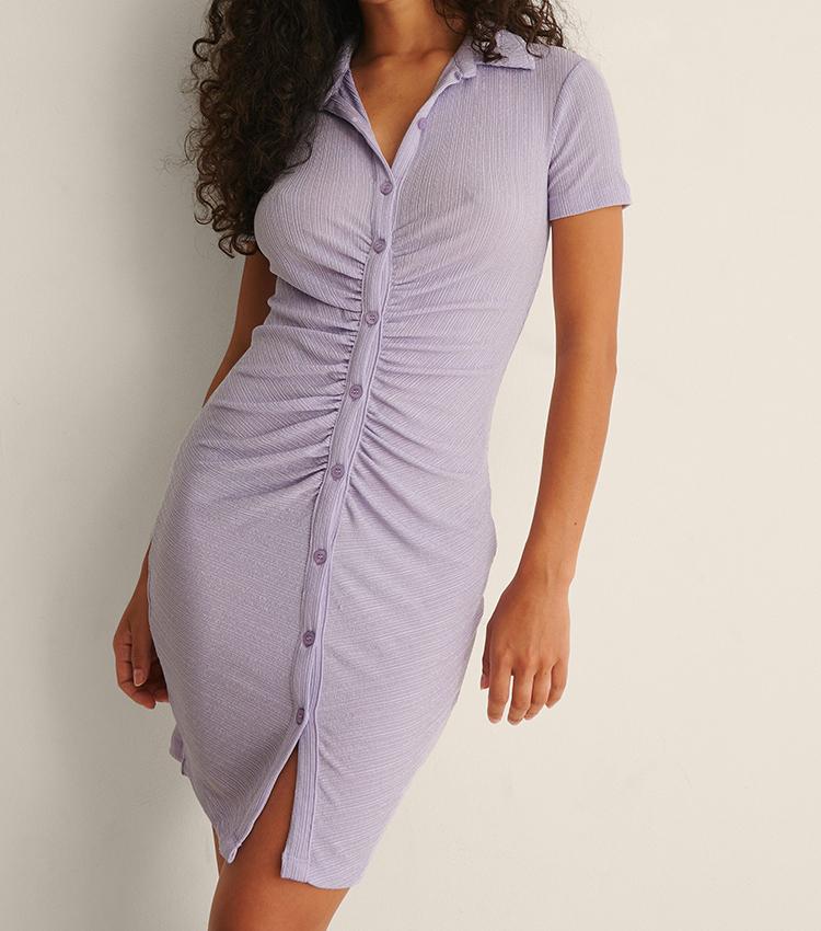 Tætsiddende lys lilla kjole med polokrave og rynkeeffekt