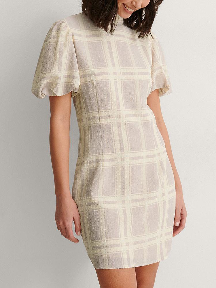Yndig højhalsede kjole i neutrale tern