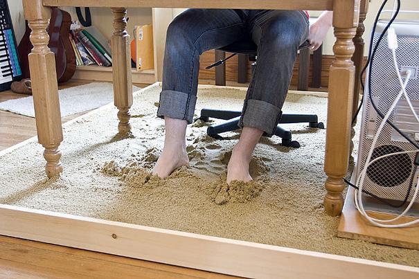 Kontor med sand under fødderne