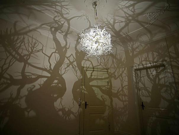 Lysekrone der gør rummet til en skov