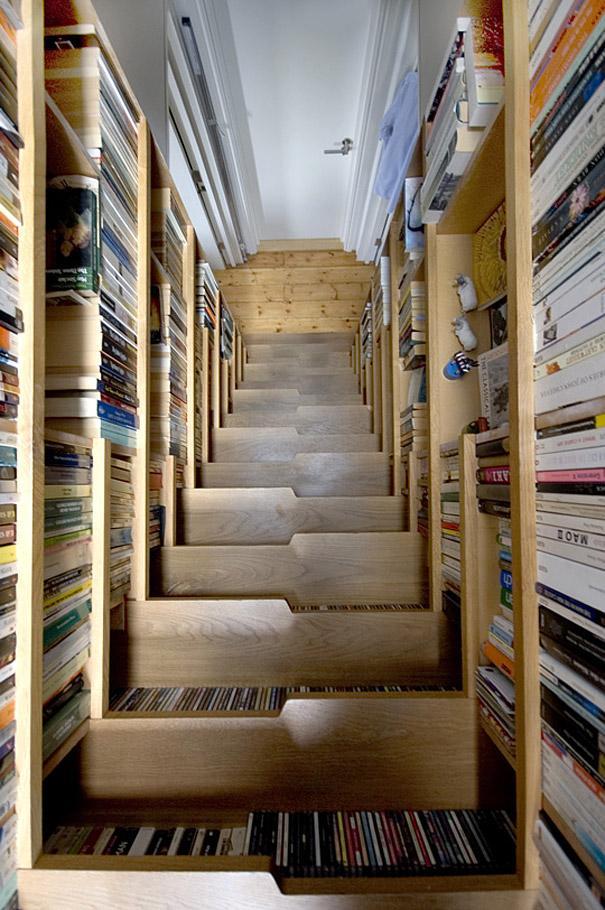 Bogreol med trappe