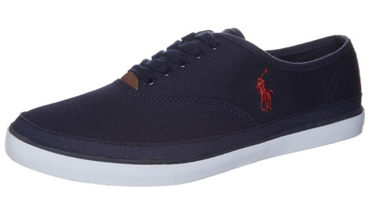 Blå sneakers med rød polo