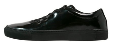 skinnende sorte sneakers