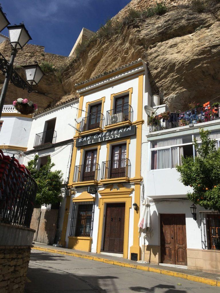 bygninger indgraveret i klippe